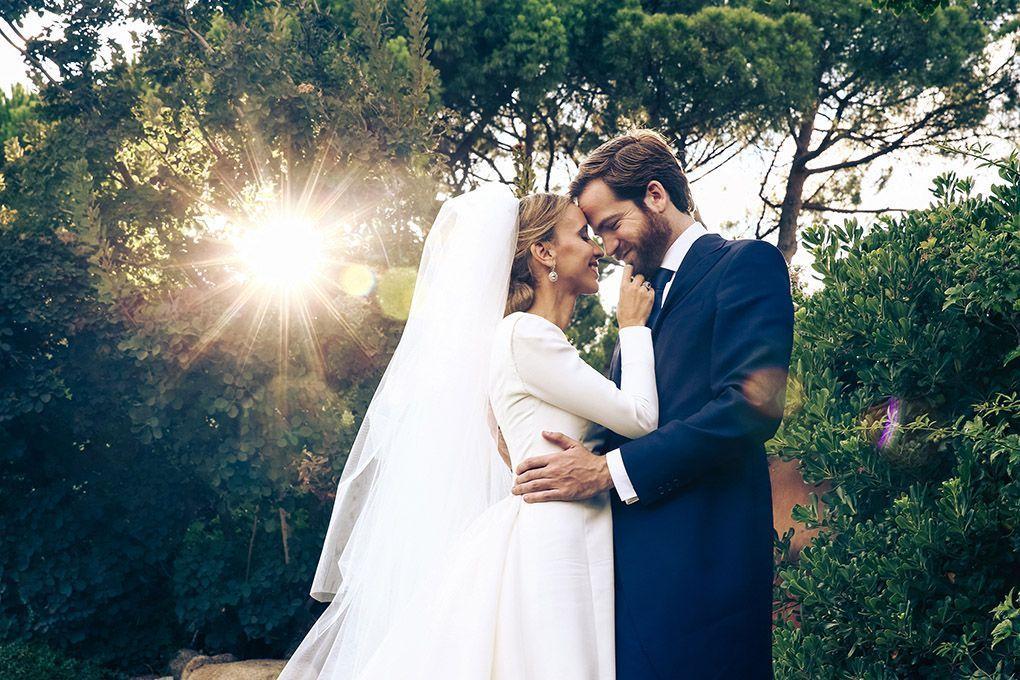 novios en jardín boda Madrid