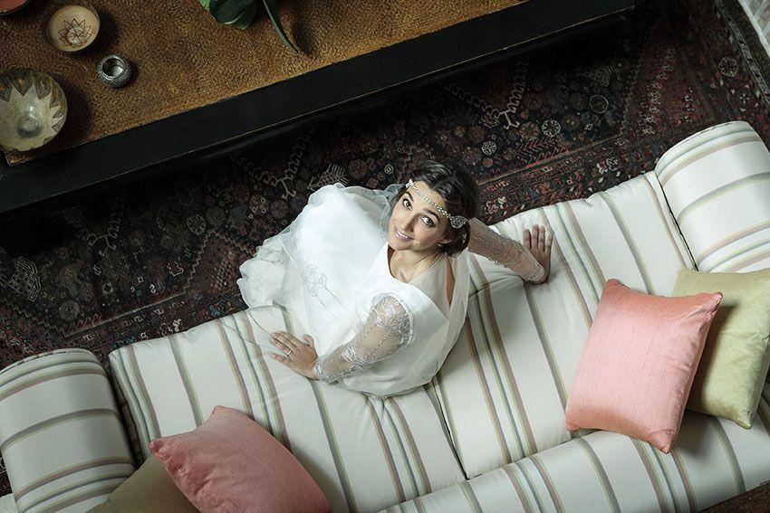 novia en sofá desde arriba