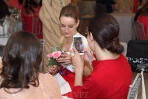 amigas novia con teléfono