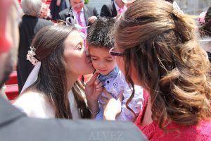 novia besa niño