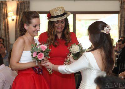 novia entrega ramo de novia