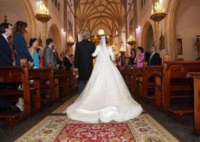novia entra en la iglesia