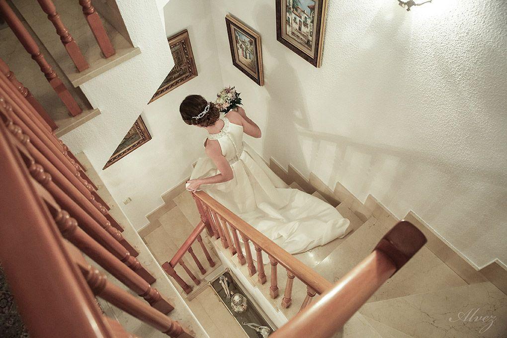 novia baja la escalera de su casa