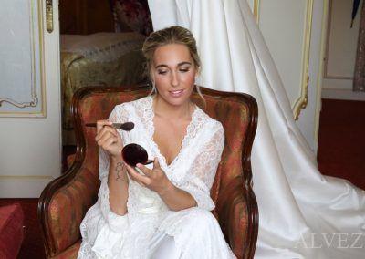 la novia se mira en espejo