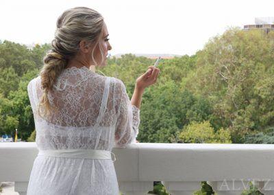 la novia se fuma un cigarro