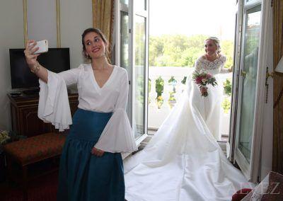 la prima de la novia se fotografían