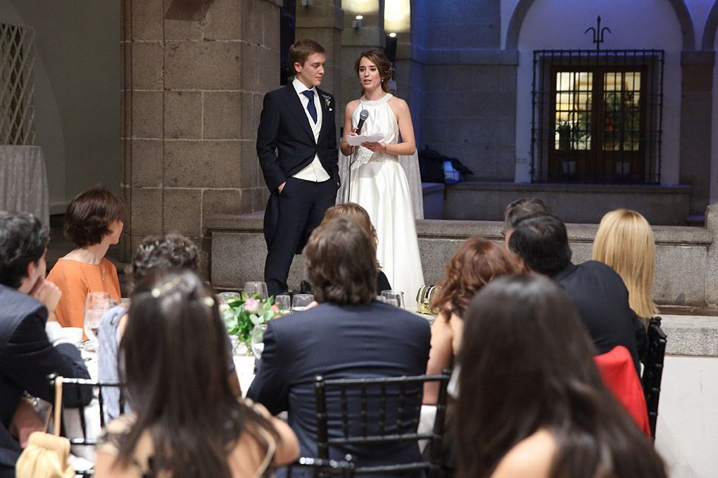 la novia habla a los invitados