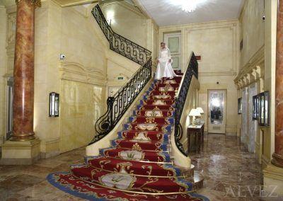 novia baja escalera fotógrafo bnodas