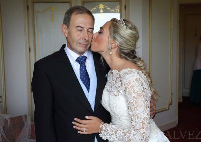 novia besa a su padre