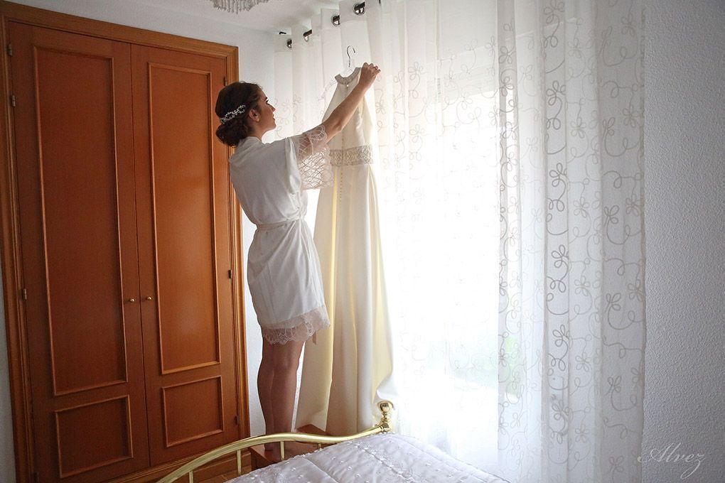 novia coge el vestido