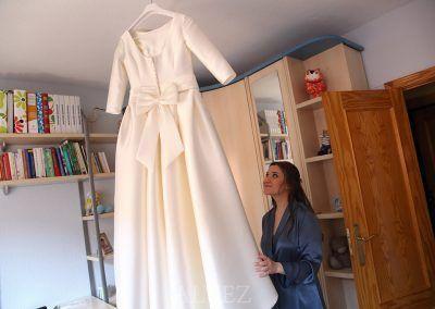 Novia mira el vestido