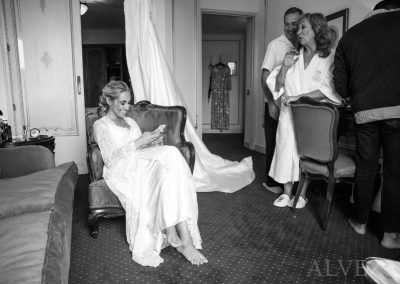 novia en el hotel y sus padres