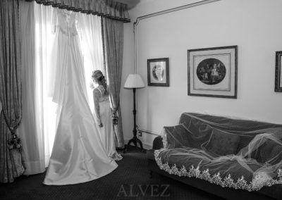 novia en hotel blanco y negro