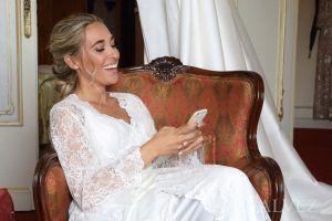 novia mira móvil