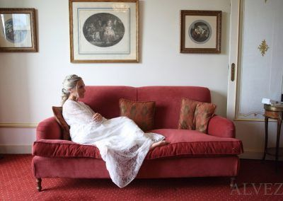 novia sentada en sofá