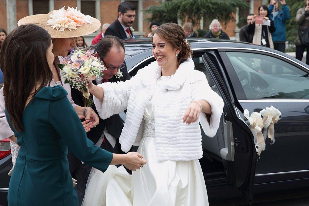 la novia saluda a su amiga