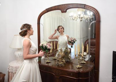 novia se mira al espejo