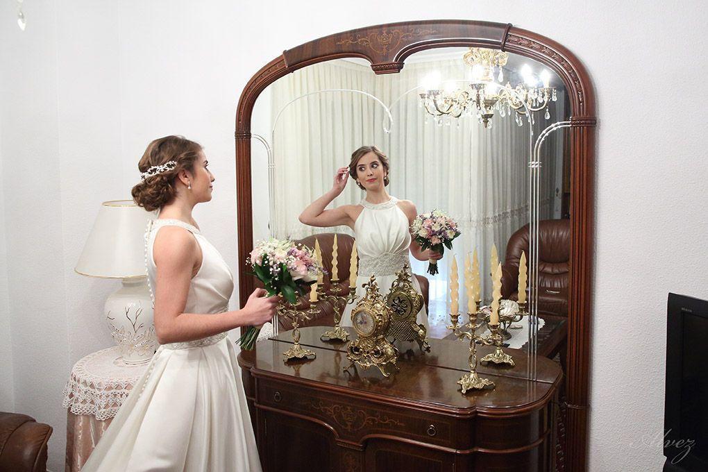 la novia se mira al espejo