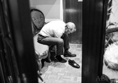 novio se pone zapatos alvez fotografía