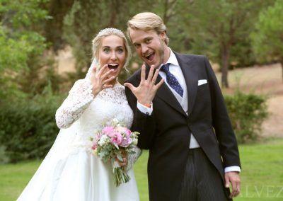 Los novios enseñan los anillos de la boda