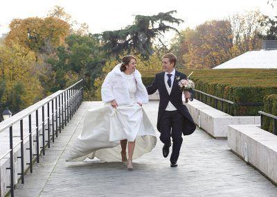 novios corren en fotografía bodas
