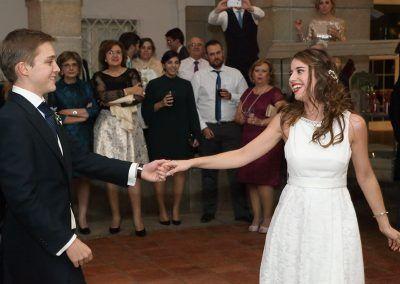 novios en el baile nupcial