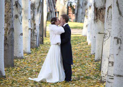 novios se besan fotografía boda