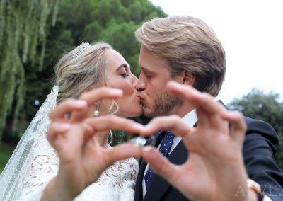 novios y anillos del enlace