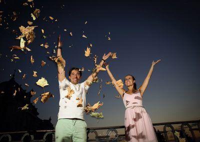 Josemi y Silvia tiran hojas