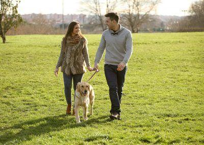 sesion-preboda-novios-pasean-con-perro