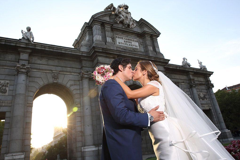 boda novios en puerta alcalá Madrid