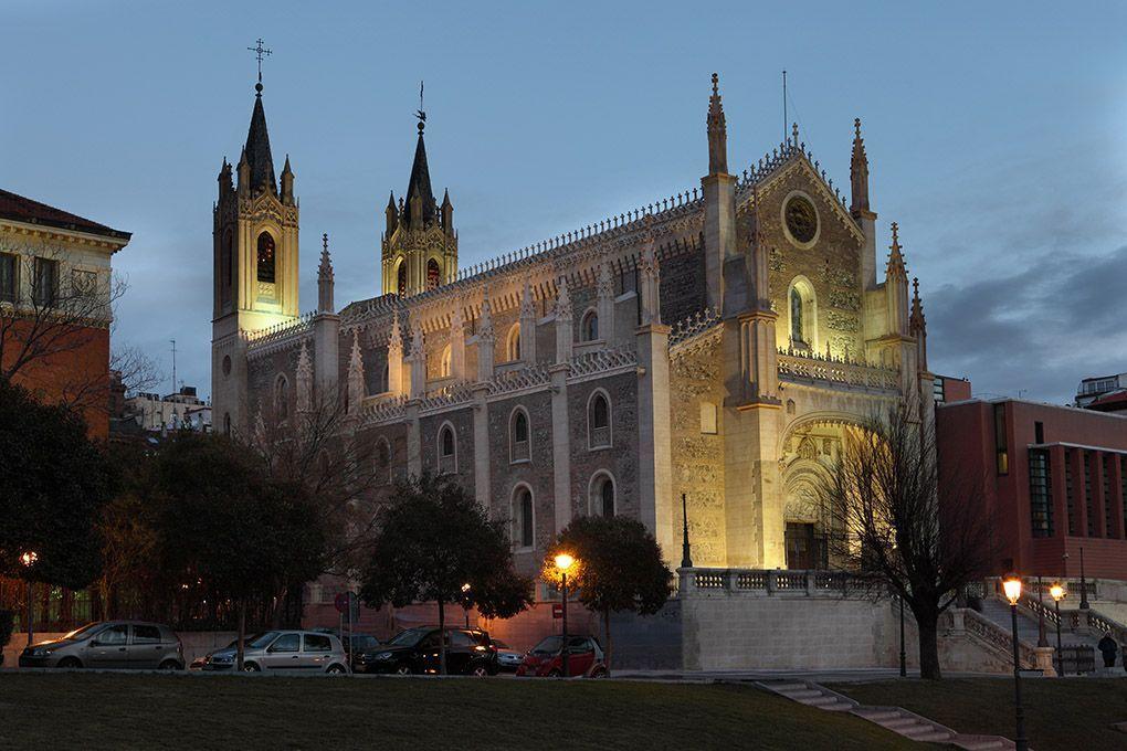 foto nocturna de la iglesia de los jerónimos