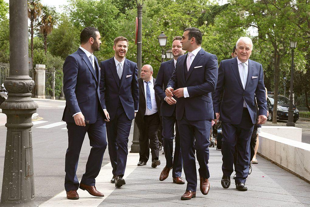 El novio llega a la boda con los amigos
