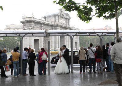 novios en parada del bus