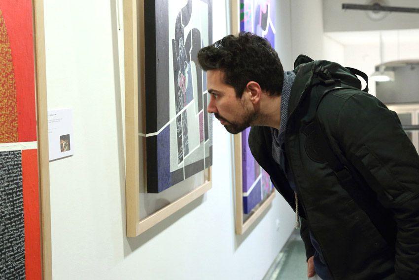 visitante observa el cuadro