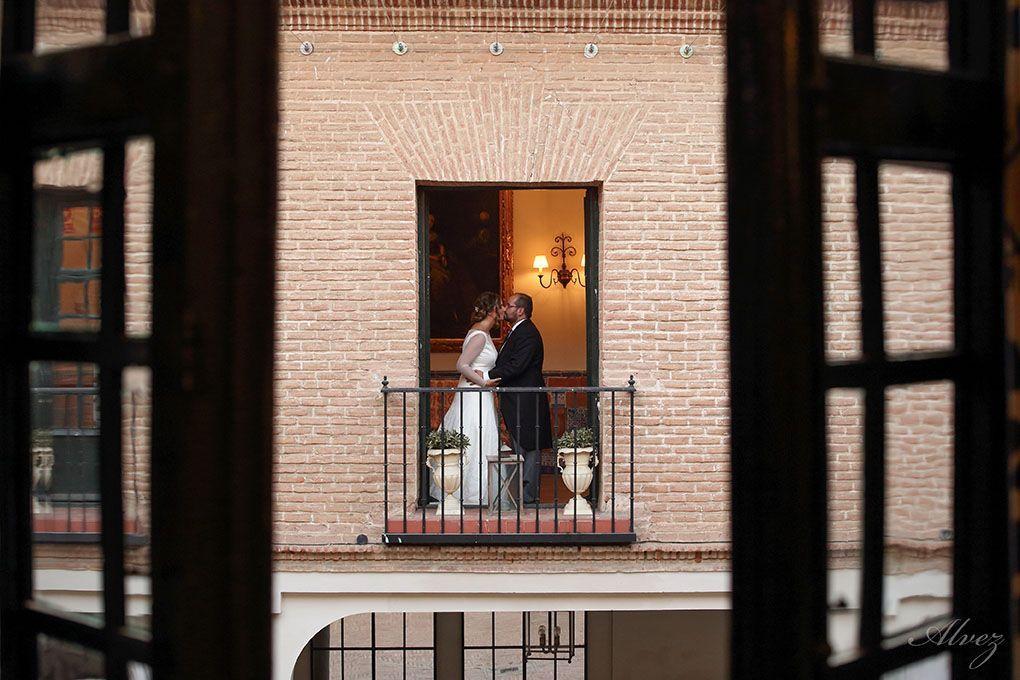 novios en ventana