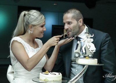 con la tarta novios bodas