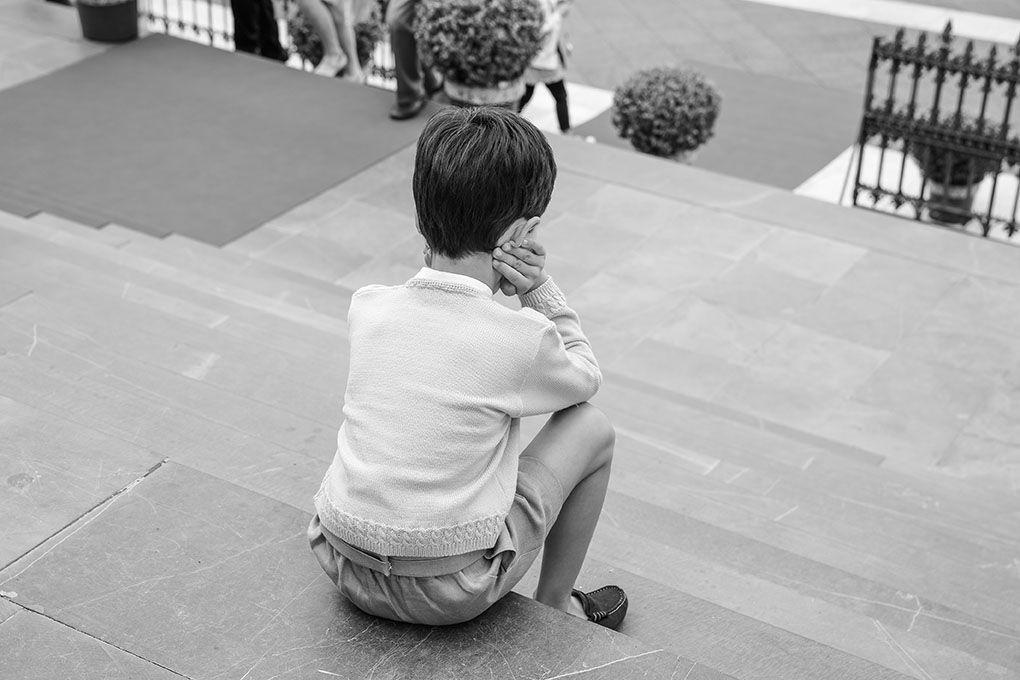 niño sentado