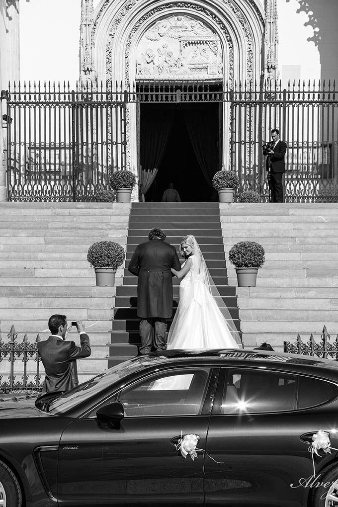 novia sube a la iglesia