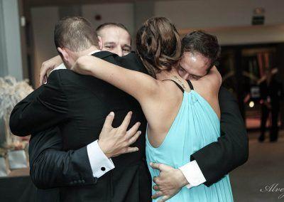 novio abraza a hermanos