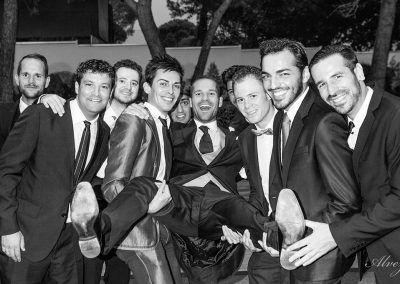 novio con amigos en blanco y negro