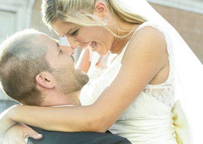 novios alegres boda