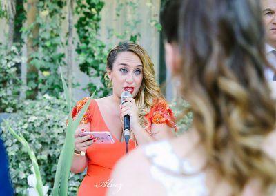 amiga habla en la boda