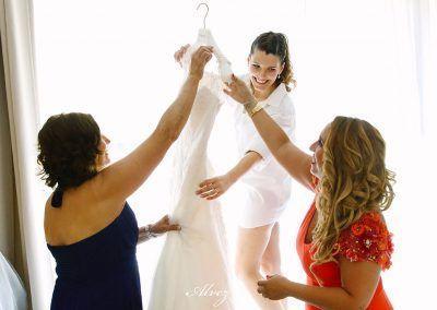 descolgando el vestido