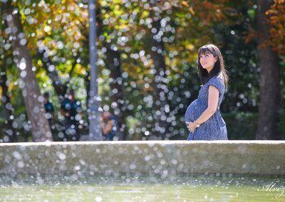 embarazada en la fuente del retiro de Madrid