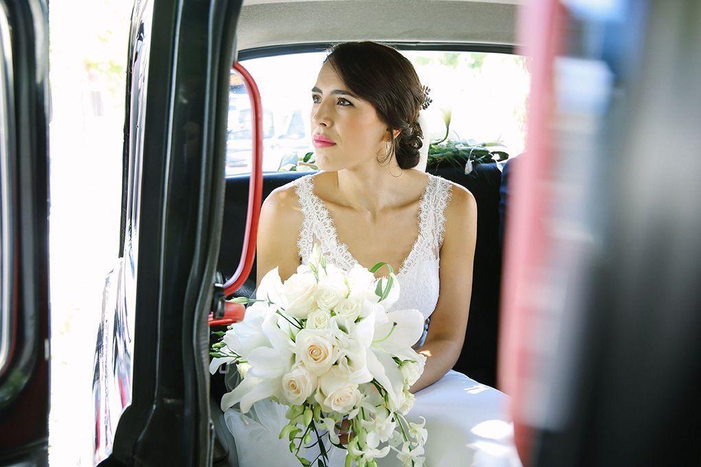 novia en el coche pensativa