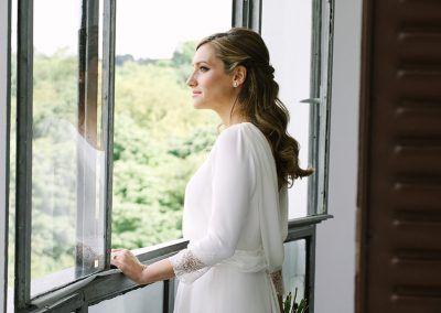 Novia en la ventana.