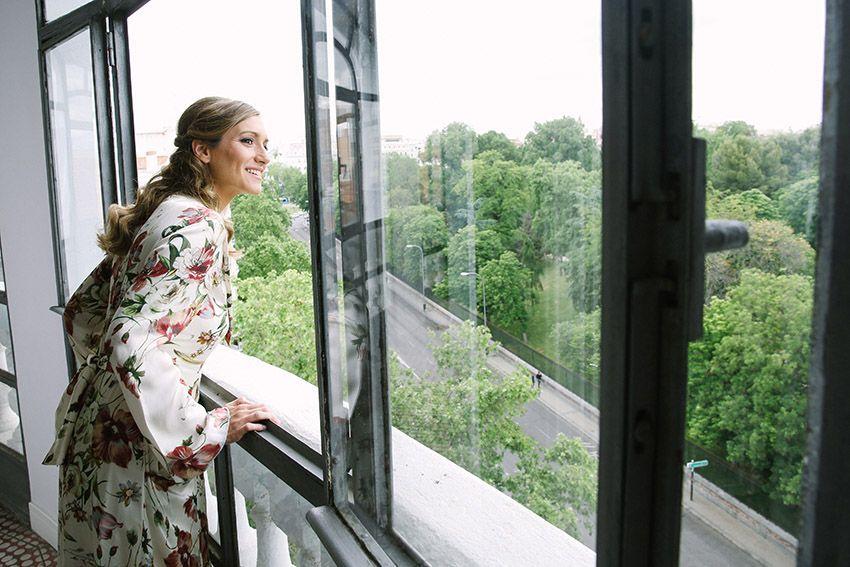 En la ventana.