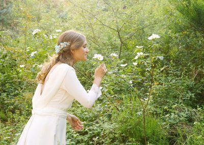 Clara huele una flor.